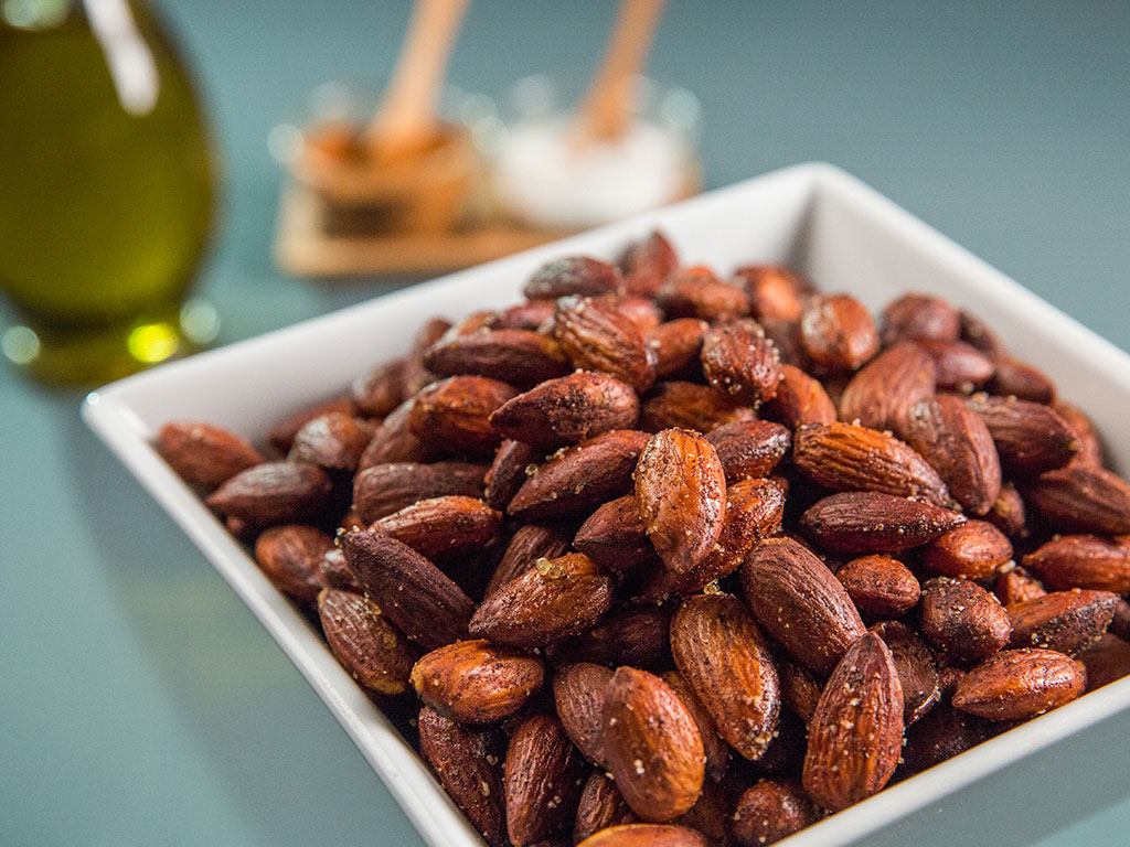 Healthy Appetizers - Spicy roasted almonds